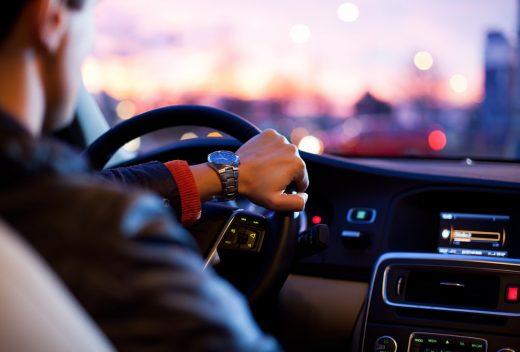 Automobiliste qui conduit en écoutant de la musique dans sa voiture
