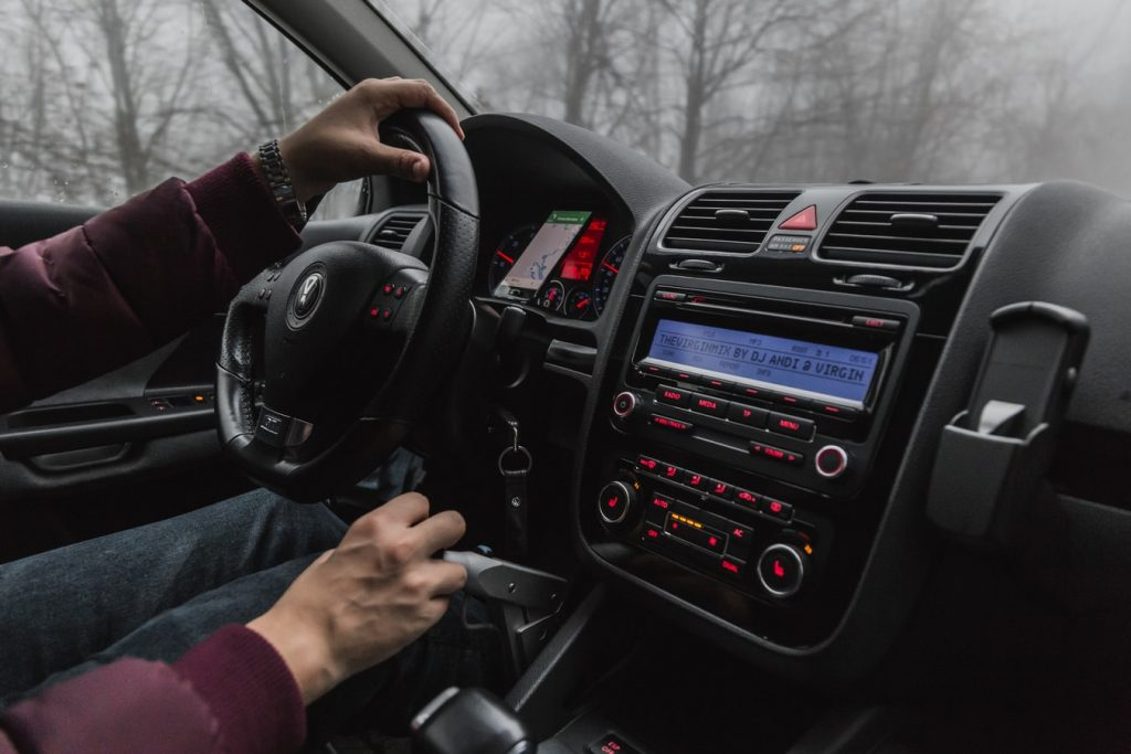 Autoradio mp3 installé dans une voiture pour écouter de la musique en conduisant